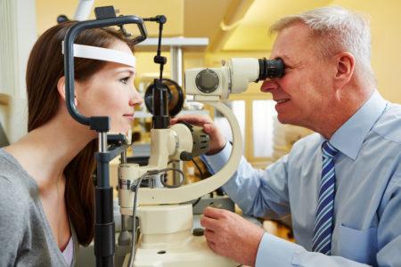 офтальмолог проверяет зрение у девушки